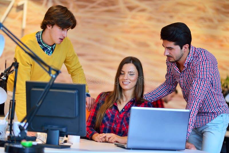 teamwork Tre giovani architetti che lavorano ad un progetto fotografie stock libere da diritti