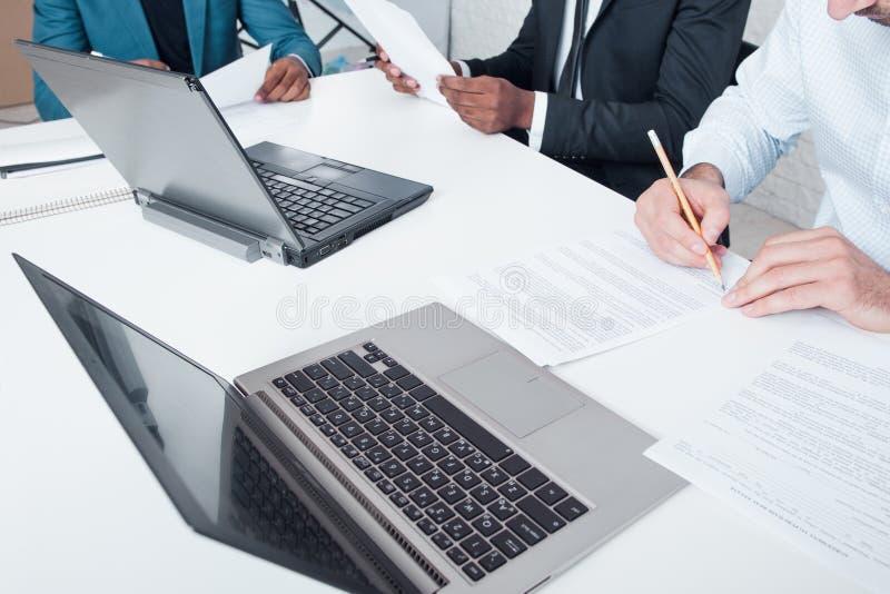 Teamwork Undertecknande avtalsaffär och finans royaltyfria foton