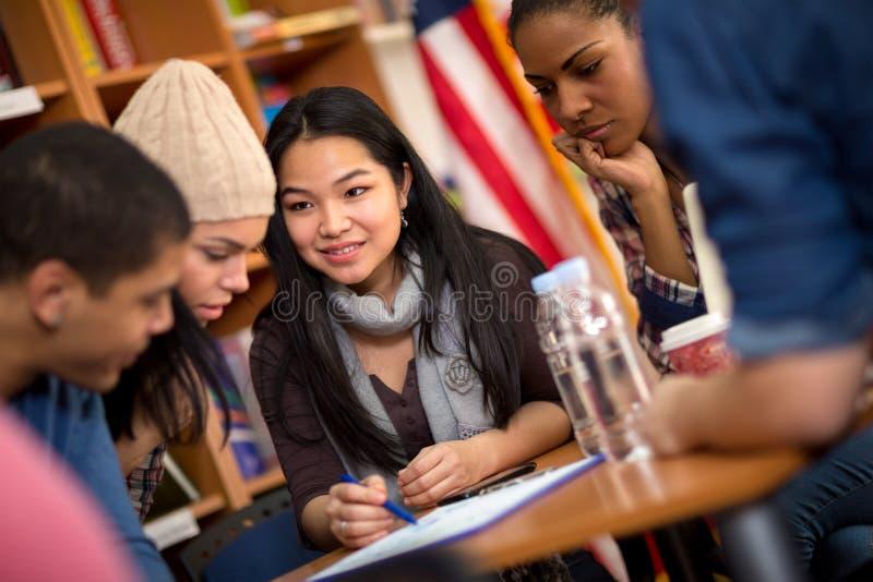 Teamwork von den Studenten, die zusammen an Aufgabe arbeiten lizenzfreie stockfotos