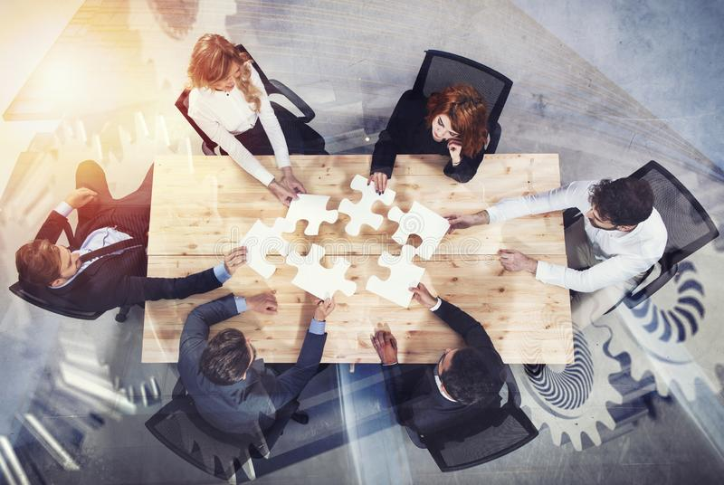 Teamwork von Partnern Konzept der Integration und des Starts mit Puzzlespielstücken und Gangüberlagerung Doppelte Berührung lizenzfreie stockfotografie