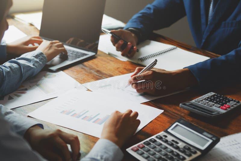 teamworkaffärsarbete på det finansiella skrivbordredovisningsbegreppet i regeringsställning royaltyfri foto