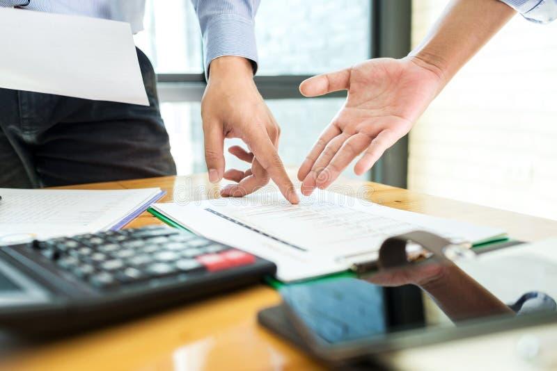 Teamworkaffärstjänsteman som arbetar investera hårt finansiell repor arkivbild