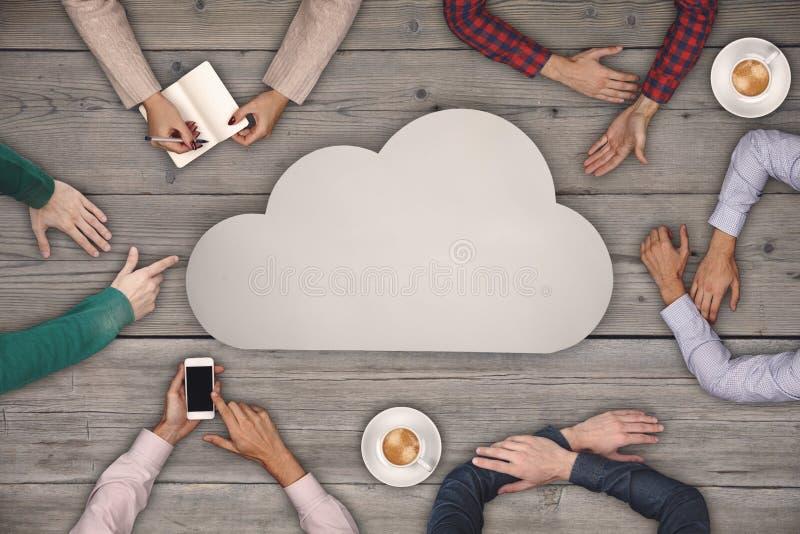 Teamworkbegrepp - grupp människor- och molnsymbol för bästa sikt på trätabellen arkivbild