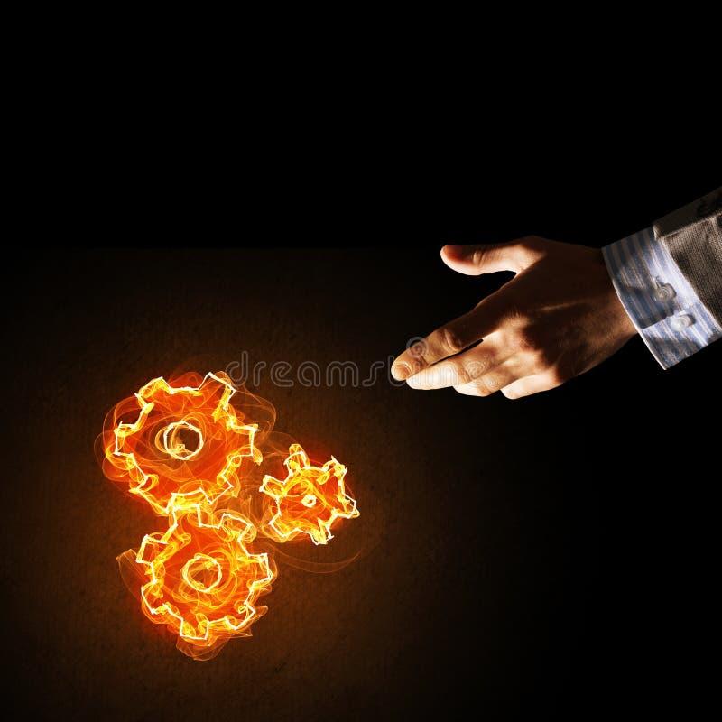 teamworking或组织的概念由火发光的钝齿轮提出了 库存照片