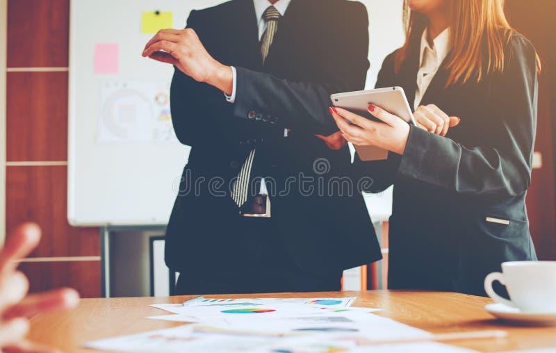 Teamworklag Doing Business som en Team Corporate möteenhet arkivbild