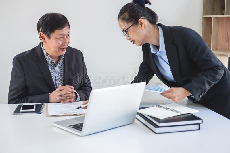 Teamworkprocess, affärspartners som möter och diskuterar för n arkivbild