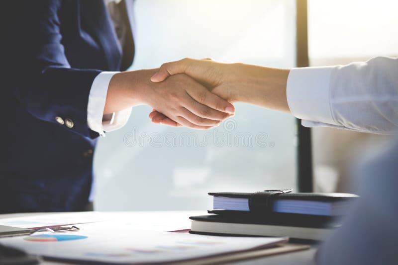 Teamworkprocess, bild av handskakningen för affärslaghälsning Suc royaltyfri foto