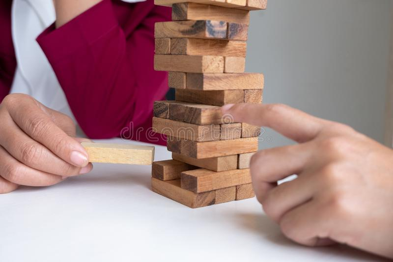 Teamzug- und -stoßblockholz sorgfältig, Konzept-Risikomanagement und Strategieplan lizenzfreie stockfotos