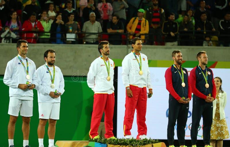 Tean Roumanie (l), équipe Espagne Mark Lopez et Rafael Nadal de l'Espagne et équipe Etats-Unis pendant la cérémonie de médaille a photos stock