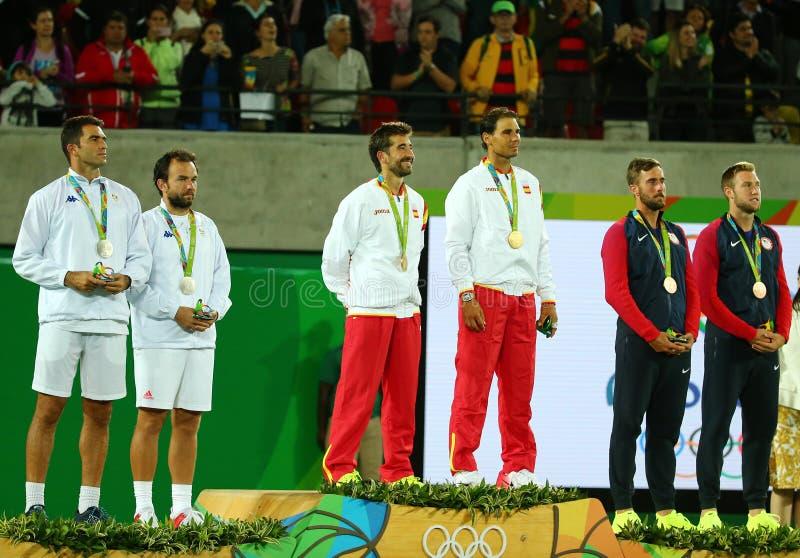 Tean Roumanie (l), équipe Espagne Mark Lopez et Rafael Nadal de l'Espagne et équipe Etats-Unis pendant la cérémonie de médaille a images stock