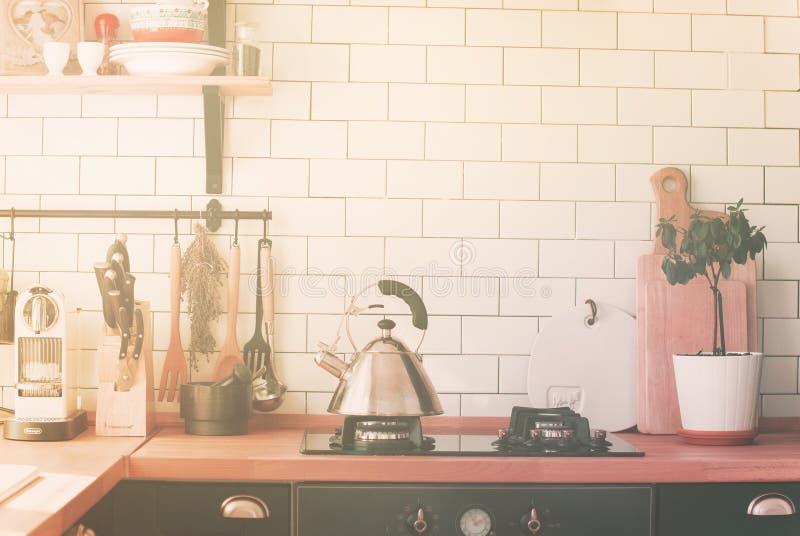 Teapot σομπών εγχώρια κουζίνα ζώνης επιτραπέζιων κορυφών μαγειρεύοντας στοκ εικόνα με δικαίωμα ελεύθερης χρήσης