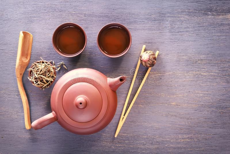 Teapot και τα φλυτζάνια αργίλου προετοιμάζονται για την παραδοσιακή ασιατική τελετή τσαγιού στοκ εικόνες με δικαίωμα ελεύθερης χρήσης