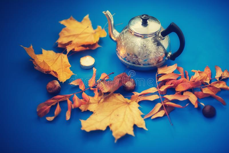 Teapot χάλυβα σε ένα μπλε υπόβαθρο στοκ φωτογραφία με δικαίωμα ελεύθερης χρήσης