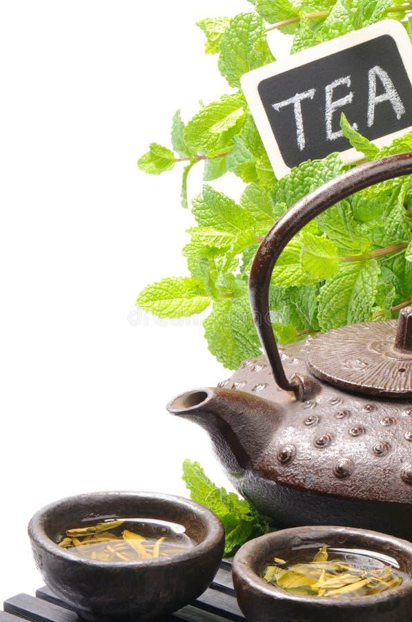 Teapot asiático com chá verde imagens de stock