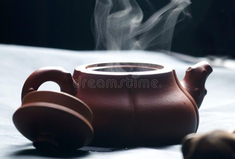 Teapot com água quente fotos de stock