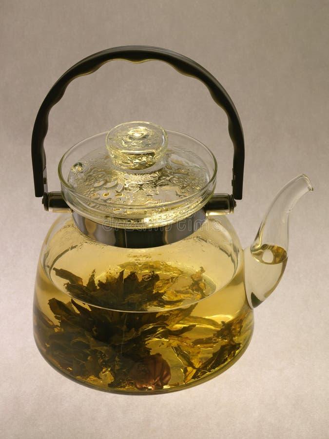 Teapot com chá quente imagens de stock royalty free