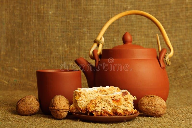 Teapot da argila com doces fotografia de stock
