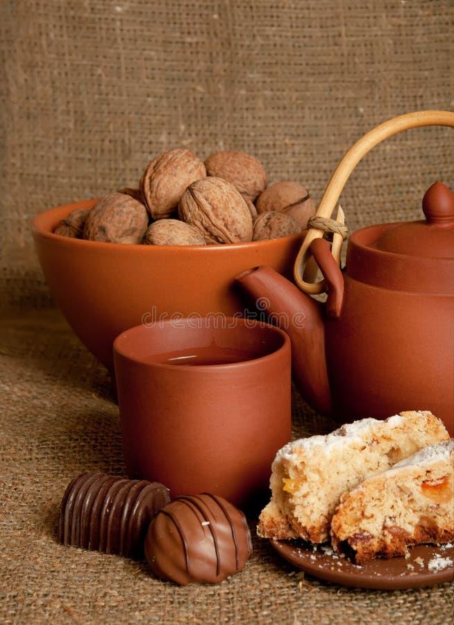 Teapot da argila com doces imagens de stock royalty free
