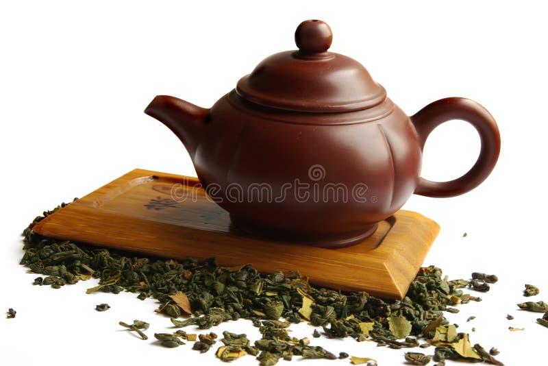 Teapot da argila para o chá chinês na mesa de madeira foto de stock