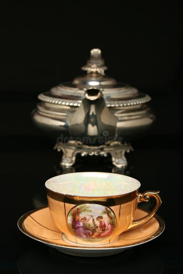 Teapot de prata e um copo chinês antigo do chá foto de stock royalty free