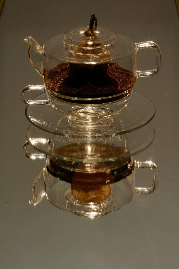 Teapot de verre et coupe photographie stock