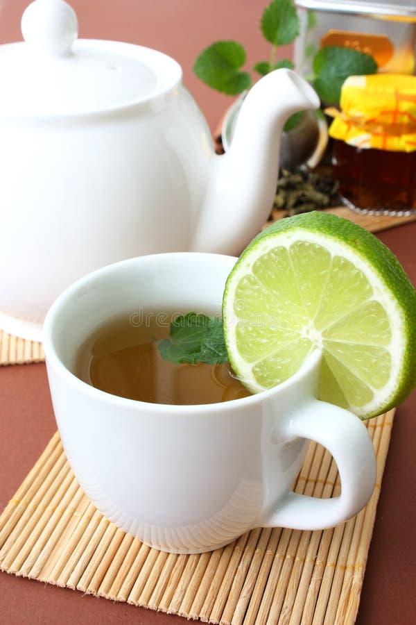 Teapot e copo do chá imagem de stock