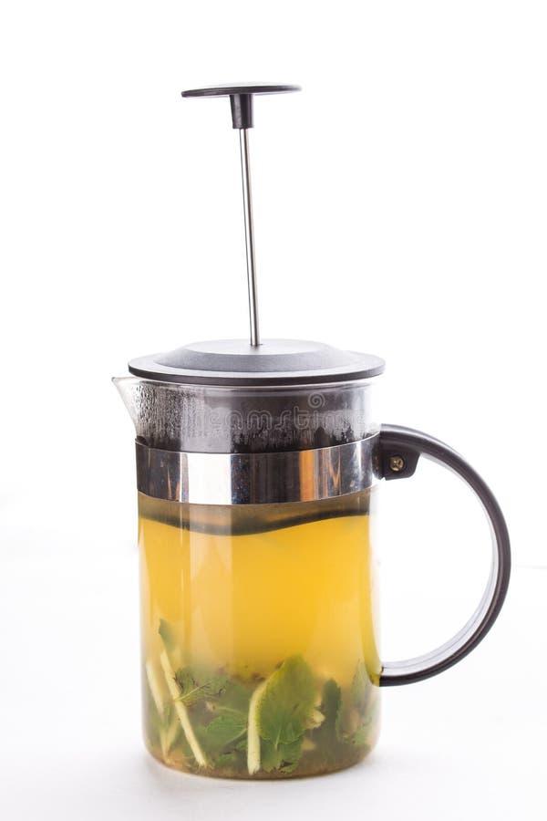 Teapot francuza prasa z zieloną herbatą, imbirem i mennicą Odizolowywającymi na białym tle, zdjęcia stock