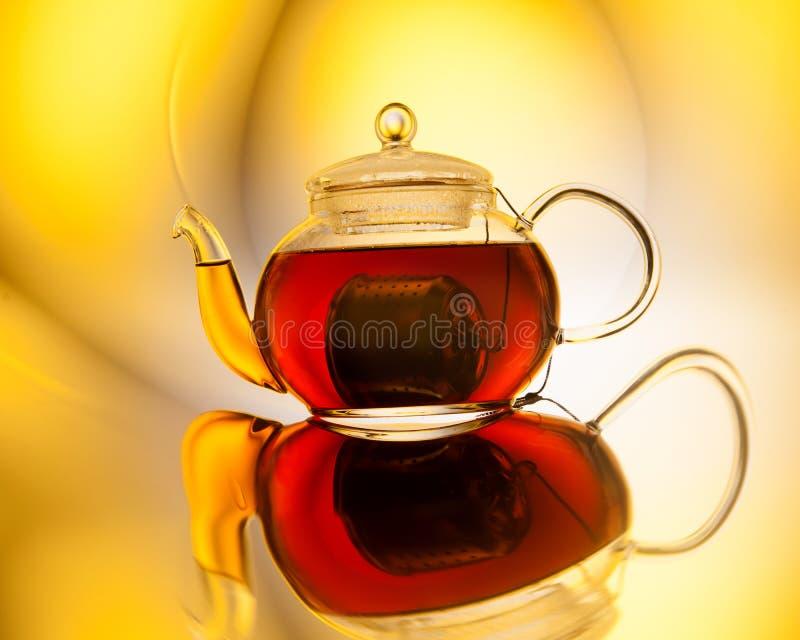 Download Teapot med tea arkivfoto. Bild av reflexion, begrepp - 76703514