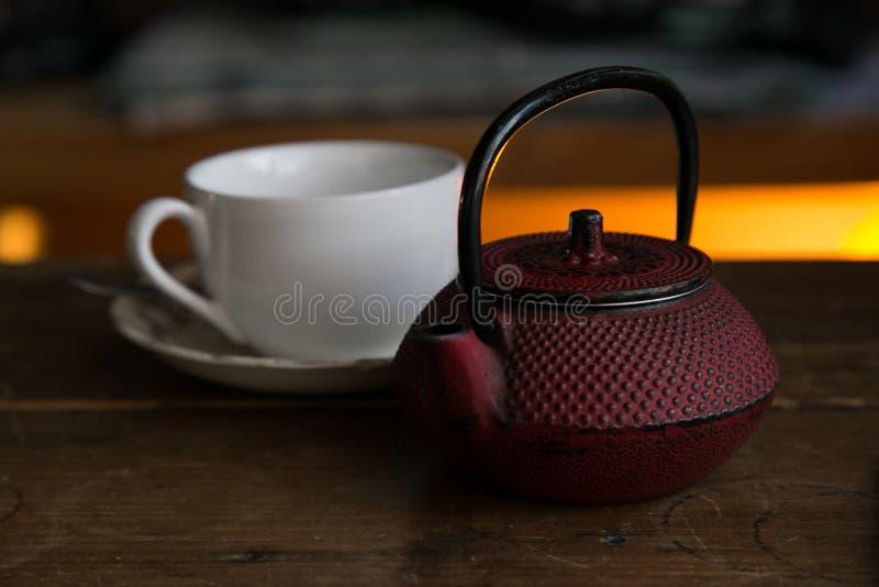 Teapot z filiżanką przygotowywającą słuzyć fotografia royalty free