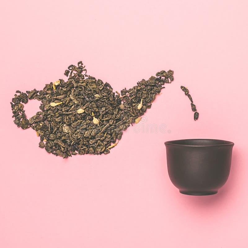 Teapotvorm, gemaakt van droge jasmijngroene theebladeren royalty-vrije stock afbeeldingen