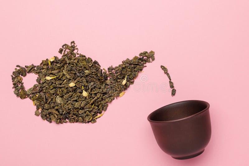 Teapotvorm, gemaakt van droge jasmijngroene theebladeren stock afbeeldingen