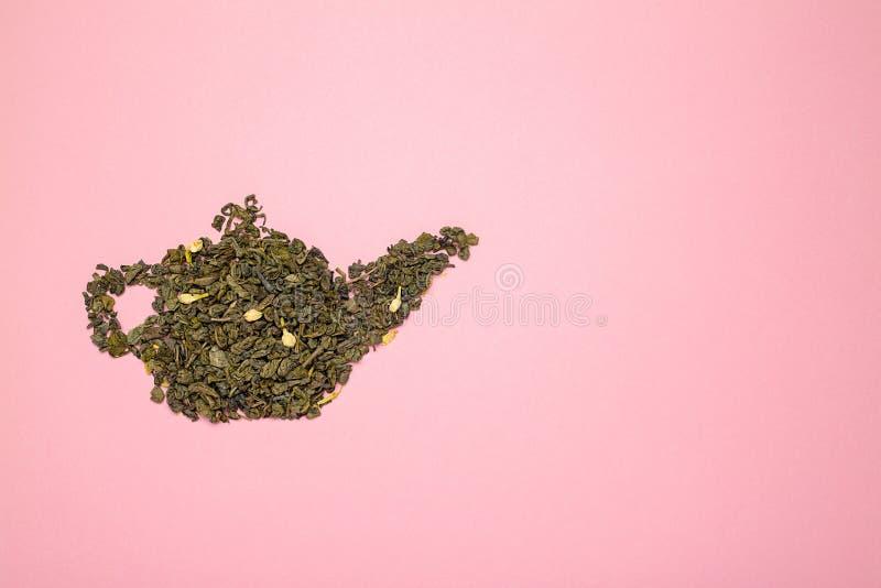 Teapotvorm, gemaakt van droge jasmijngroene theebladeren royalty-vrije stock foto's