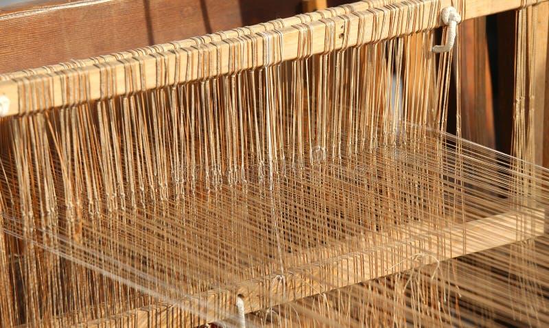 Tear de matéria têxtil para tecer dos fios do algodão e das lãs imagens de stock