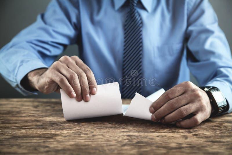 Tearing contract van de zakenman stock afbeeldingen