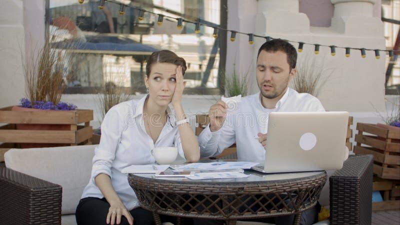 Tearing zakenman omhoog een document, een contract of een overeenkomst over commerciële vergadering in koffie stock foto's