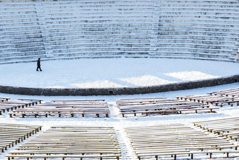 Teater av en skådespelare på en öppen snöig tom plats arkivbild
