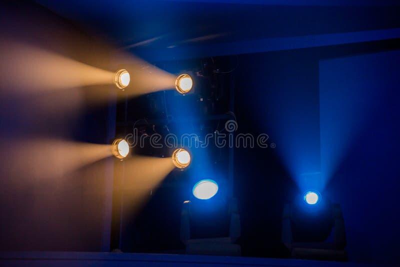 Teaterbelysningsutrustning De ljusa strålarna från strålkastaren till och med scenisk rök royaltyfria foton