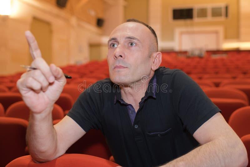 Teaterdirektör som råder skådespelartruppen arkivfoto