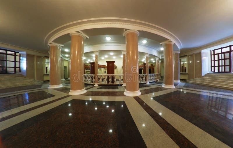 Teaterfoajé med kolonner och marmorgolv arkivbilder