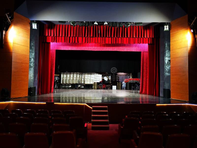 Teaterkorridoren som ?r tom och den t?nds arkivbilder