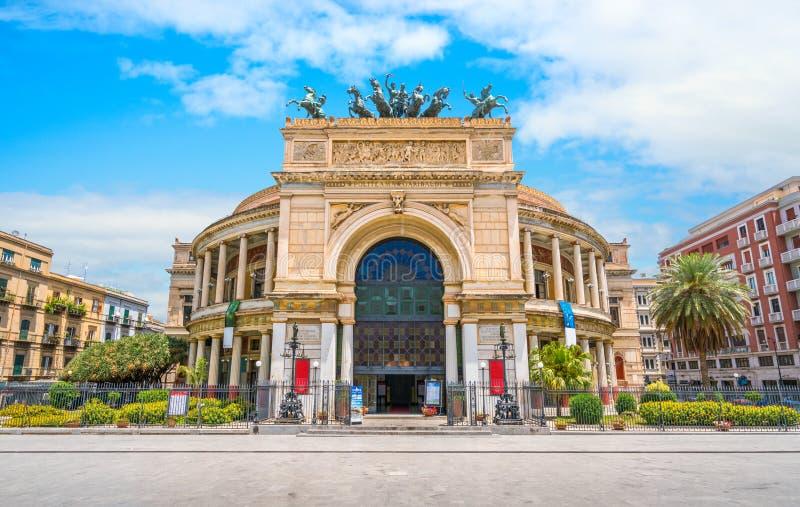 Teatern av Palermo på en solig sommardag Sicilien sydliga Italien arkivbilder
