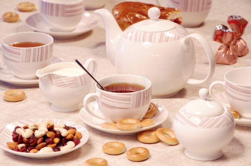 Teatid med söta kakor och tokigt arkivfoto