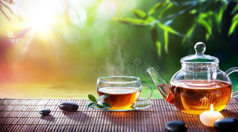 Teatime - χαλαρώστε με το καυτό τσάι στοκ εικόνες