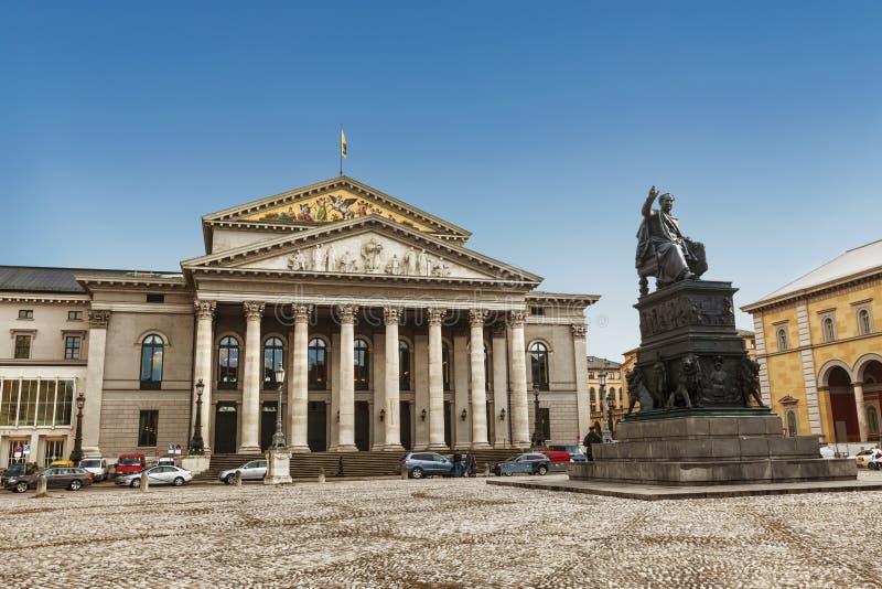 Teatr Narodowy i pomnik Maksymiliana I Józefa na tronie na placu Maxa Józefa Monachium, Bawaria zdjęcie royalty free