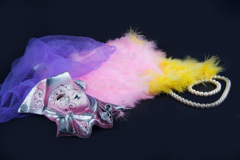 teatr Porcelany maska, piórka, perl kolia i siatkarstwo, kłaść na czarnym tle obraz royalty free
