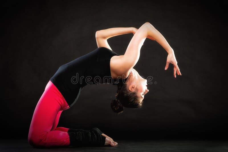 Teatralnie sztuka Dziewczyny aktorka robi działającemu ćwiczeniu obraz stock