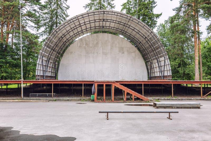 Teatro aéreo vazio abandonado do verão, fase no parque Edif?cio velho fotografia de stock