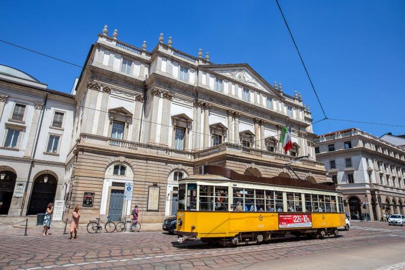 Teatro alla有一辆典型的米兰老电车的斯卡拉剧院斯卡拉大剧院 是主要歌剧院在米兰 被考虑的一个多数p 免版税库存图片