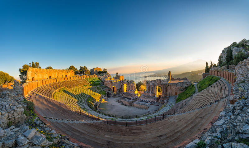 Teatro antiguo de Taormina en el fondo el volcán el Etna a imagen de archivo