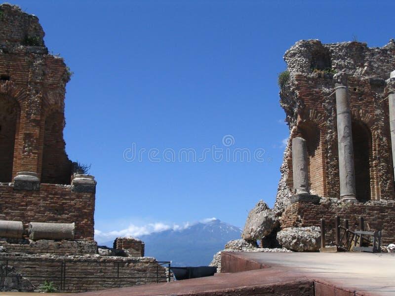 Teatro antiguo, detrás del Etna vulcan foto de archivo